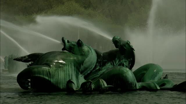 vídeos de stock e filmes b-roll de water sprays from sculptures on the clarence buckingham fountain in chicago. - aquário john g shedd