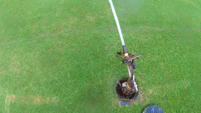 vatten sprinkler fotboll fältet grönt gräs. - vattenspridare bildbanksvideor och videomaterial från bakom kulisserna