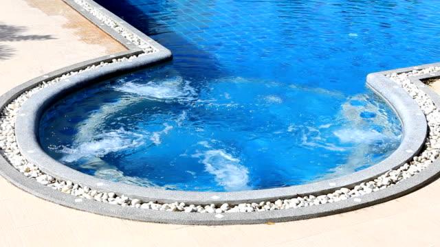 flusso d'acqua in piscina - piscina pubblica all'aperto video stock e b–roll