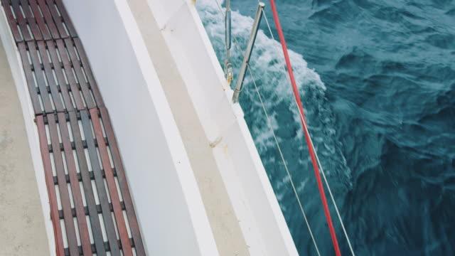 vídeos de stock e filmes b-roll de water surface - vela em iate