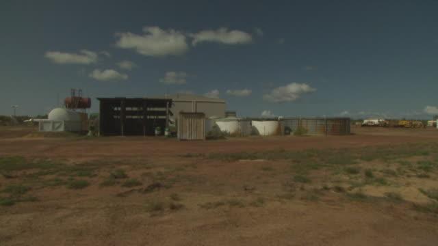 vídeos de stock, filmes e b-roll de water tanks and shed in outback, mungalalu truscott airbase, wa, australia - pista de aterrizagem