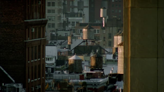 vidéos et rushes de ms water tanks on rooftop/ new york city - groupe moyen d'objets