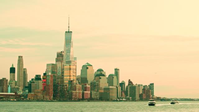Wasser-Taxi Ankunft in Hoboken. Blick auf Manhattan Downtown New York City, aus dem Hoboken, New Jersey, über den Hudson River bei Dämmerung.