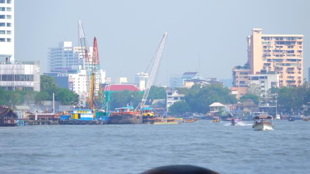 4k: wasser-taxi in bangkok city, zeitraffer - chao phraya delta stock-videos und b-roll-filmmaterial