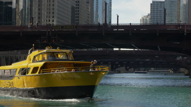 water taxi on chicago river - 水上タクシー点の映像素材/bロール