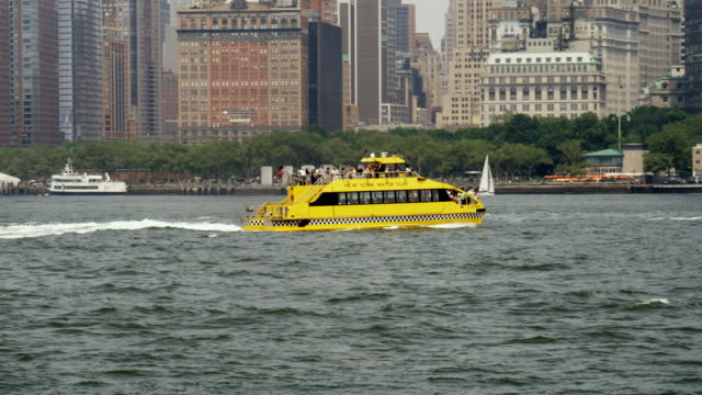 ws, ts, water taxi traveling on upper new york bay along lower manhattan, new york city, new york, usa - 水上タクシー点の映像素材/bロール