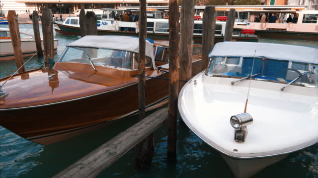 water taxi's moored along the grand canal in venice, italy - barca a motore video stock e b–roll