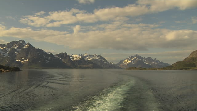 water trails from speedboat fjords sogn norway    - 乗物後部から見た視点点の映像素材/bロール