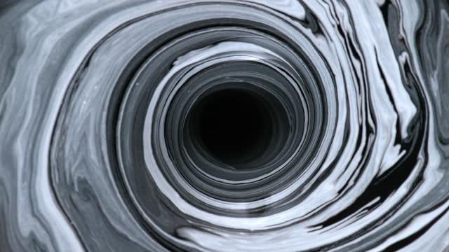 黒と白の色で描くslo mo ld水の渦 - 混ぜる点の映像素材/bロール