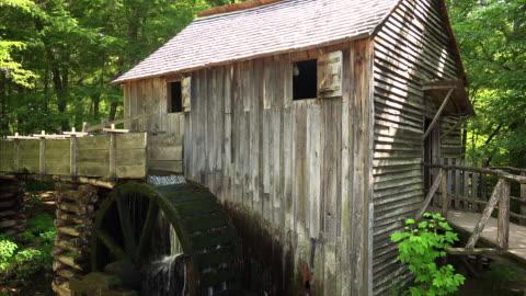 stockvideo's en b-roll-footage met water wheel at john cable grist mill in great smoky mountains national park, includes audio - verwerkingsfabriek