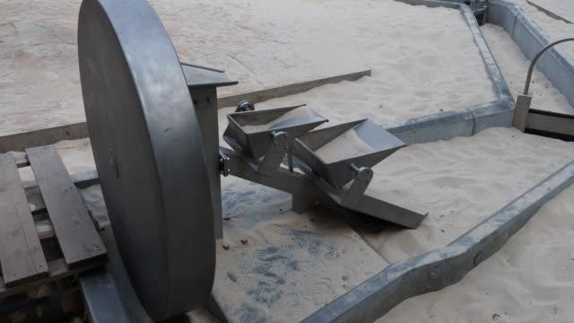 vídeos de stock e filmes b-roll de water wheel in the sand - movimento perpétuo