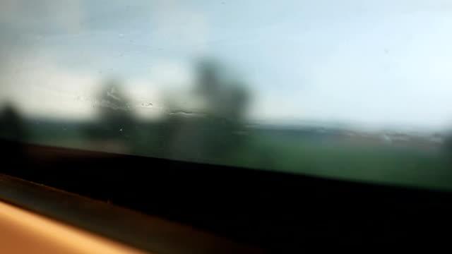 vidéos et rushes de gouttes d'eau sur la fenêtre du train à grande vitesse - activité avec mouvement