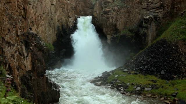 """stockvideo's en b-roll-footage met waterfall """"33 parrots"""", kyrgyzstan - rotsmuur"""