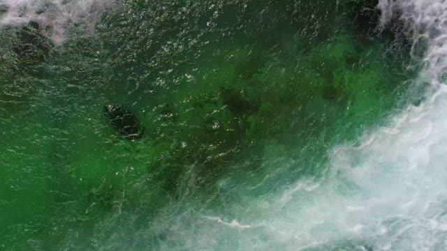 wasserfall und grünfluss von richtung norden - wasseroberfläche stock-videos und b-roll-filmmaterial