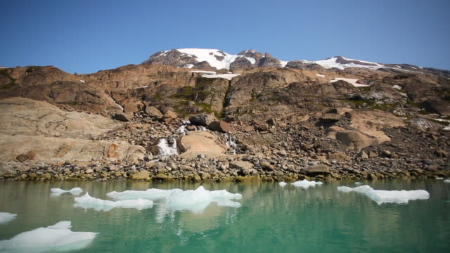 waterfall and icebergs, thrym glacier, greenland - süßwasser stock-videos und b-roll-filmmaterial