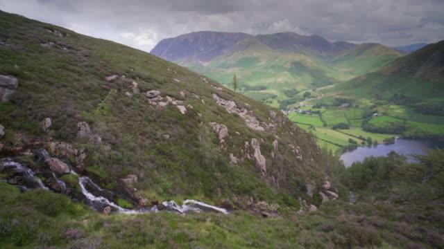 vídeos y material grabado en eventos de stock de a waterfall cascades down the side of a mountain in the lake district, cumbria, uk - distrito de los lagos de inglaterra