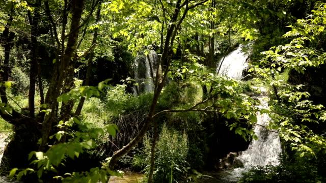 Wasserfall, Wasserfälle des Flusses Gostilje auf Zlatibor Berg in Nahaufnahme