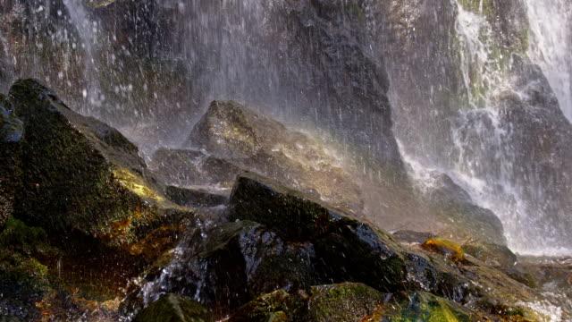 vidéos et rushes de slo cascade déferlant sur les rochers, dans le missouri - mousse végétale
