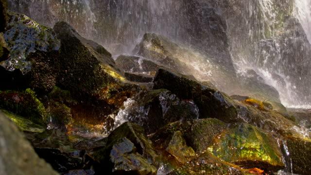 vidéos et rushes de slo, dans le missouri, chutes d'eau déferlantes de rocks - mousse végétale