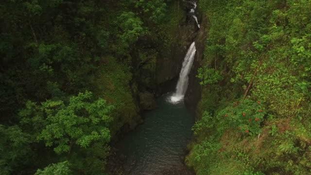 Wasserfall in versteckte Wasserbecken auf Insel Maui