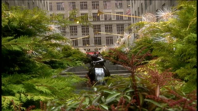 vídeos y material grabado en eventos de stock de waterfall fountain and angel statues at rockefeller center - árbol de navidad del centro rockefeller