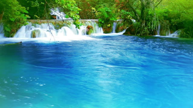 wasserfall in blue lake - spring flowing water stock-videos und b-roll-filmmaterial