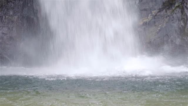 vidéos et rushes de 4k: cascade en falaise. - guadeloupe