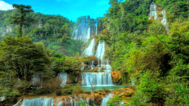 cascata nella foresta, time lapse hdr. - area selvatica video stock e b–roll