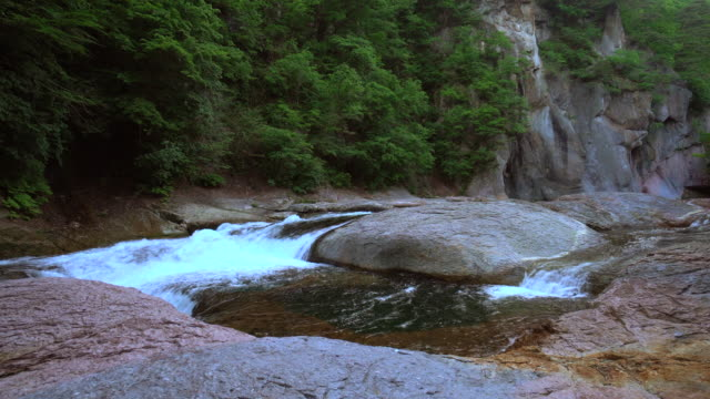 wasserfall im fukiware fällt - canyon stock-videos und b-roll-filmmaterial