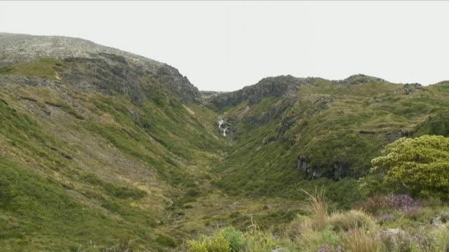 ws la zi waterfall in hills / tongariro, new zealand - new zealand stock-videos und b-roll-filmmaterial