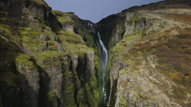 vidéos et rushes de chute d'eau islandaise canyon - mousse végétale