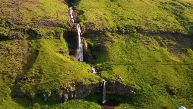stockvideo's en b-roll-footage met waterval in idyllische natuur - stroom activiteit
