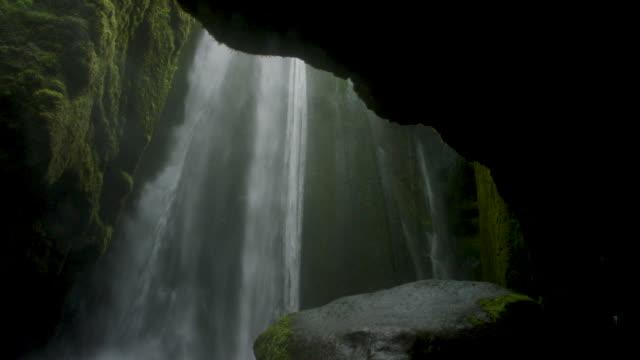 waterfall in mossy cavern - 30秒以上点の映像素材/bロール