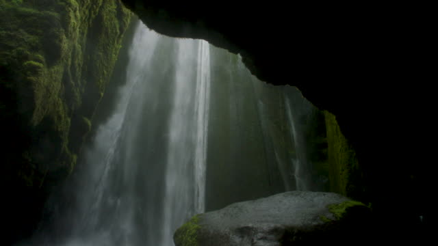 vidéos et rushes de waterfall in mossy cavern - cascade