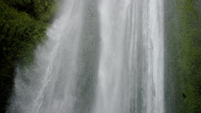 vídeos y material grabado en eventos de stock de waterfall in mossy cavern - vista inclinada