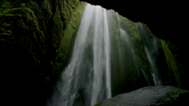 waterfall in mossy cavern - höhle stock-videos und b-roll-filmmaterial