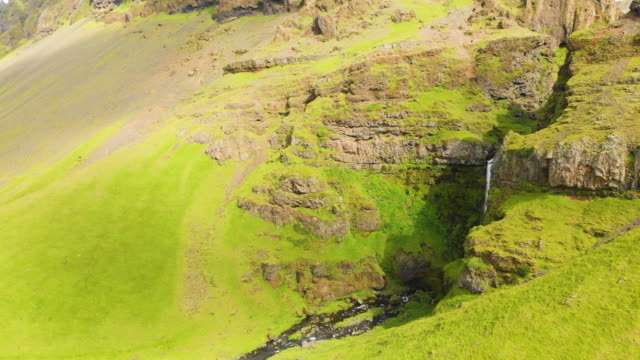 vídeos de stock e filmes b-roll de waterfall in pure idyllic nature of iceland - vale