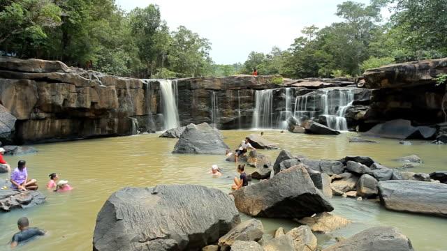 vídeos y material grabado en eventos de stock de cascada en bosque tropical de tailandia - estilo de música