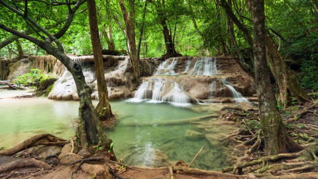 Wasserfall im tropischen Regenwald, Zeitraffer