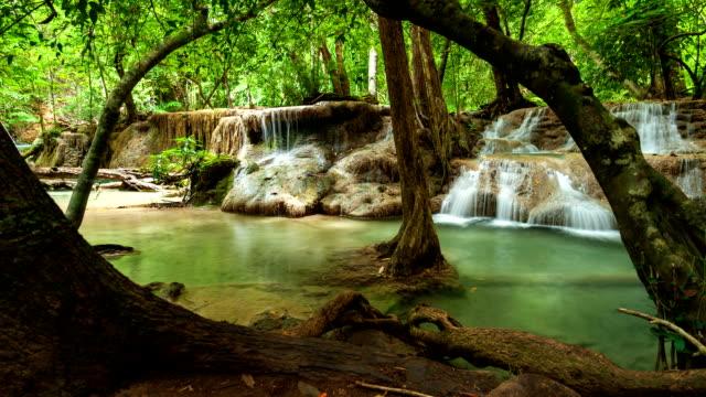 wasserfall im tropischen regenwald, zeitraffer - kamerafahrt auf schienen stock-videos und b-roll-filmmaterial