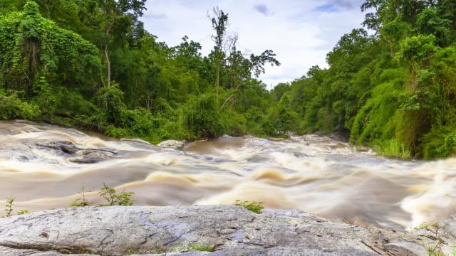 wasserfall mae ya, thailand; zeitraffer - kamerafahrt auf schienen stock-videos und b-roll-filmmaterial