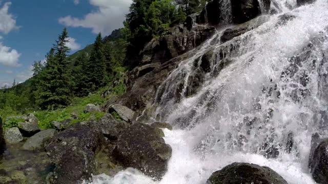 vidéos et rushes de cascade de la lac morskie oko, tatry, pologne - eau vive