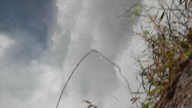 vídeos de stock, filmes e b-roll de a waterfall on a river. - goodsportvideo