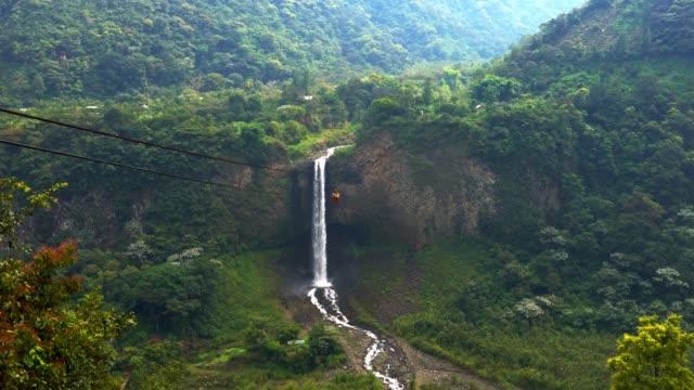 wasserfall auf kaskadenroute bei banos - ecuador stock-videos und b-roll-filmmaterial