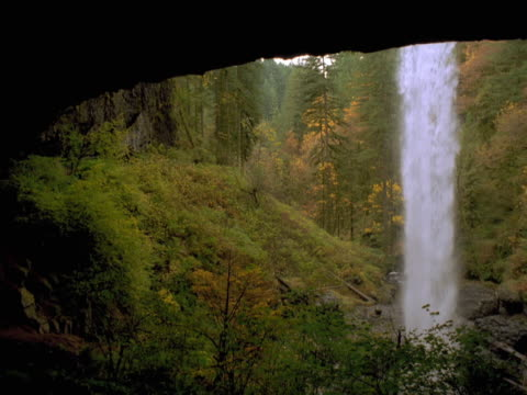 vídeos de stock, filmes e b-roll de waterfall over a ledge - sparklondon