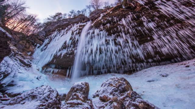 stockvideo's en b-roll-footage met t/l 8k waterval pericnik bij zonsondergang - julian alps