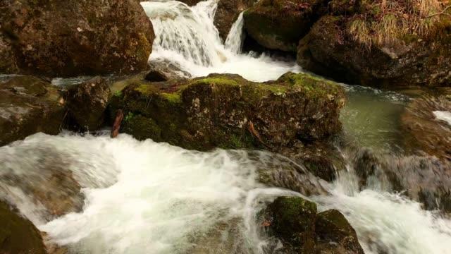 vídeos de stock e filmes b-roll de waterfall slow motion - queda de água