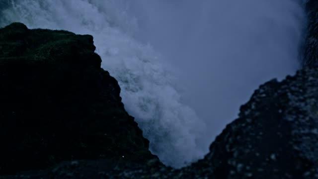 Vattenfall som omges av klippor