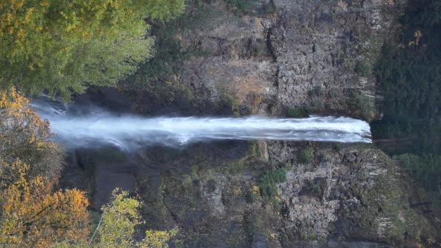 vídeos y material grabado en eventos de stock de cascadas de multnomah falls in oregon vertical - cascadas de multnomah