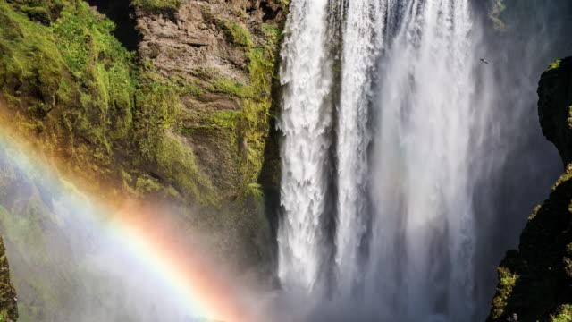 vidéos et rushes de chute d'eau avec l'arc-en-ciel au ralenti - arc en ciel